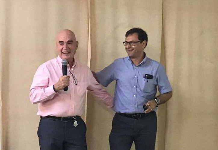 Gerardo Sagols (d) fue electo nuevo presidente del Colegio de Pediatras de Yucatán. Le acompaña el actual presidente, Sergio Cano. (Milenio Novedades)