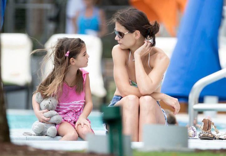 Katie Holmes y su hija Suri, hoy de 9 años de edad, quien en los últimos meses no ha visto a su padre, el actor Tom Cruise. (popstoptv.com)