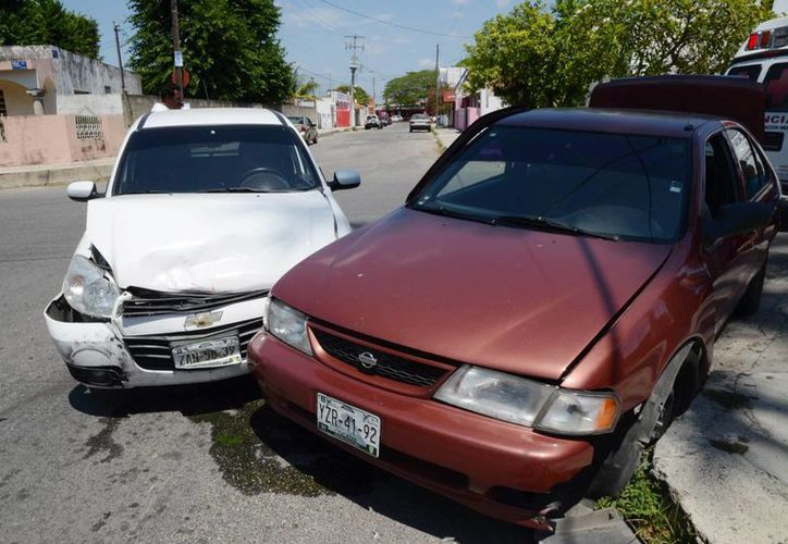 Por no respetar el alto de disco, Alejandro Doporto le dio tremendo golpe al auto donde viajaba una familia, que afortunadamente sólo se llevaron un buen susto. (Milenio Novedades)