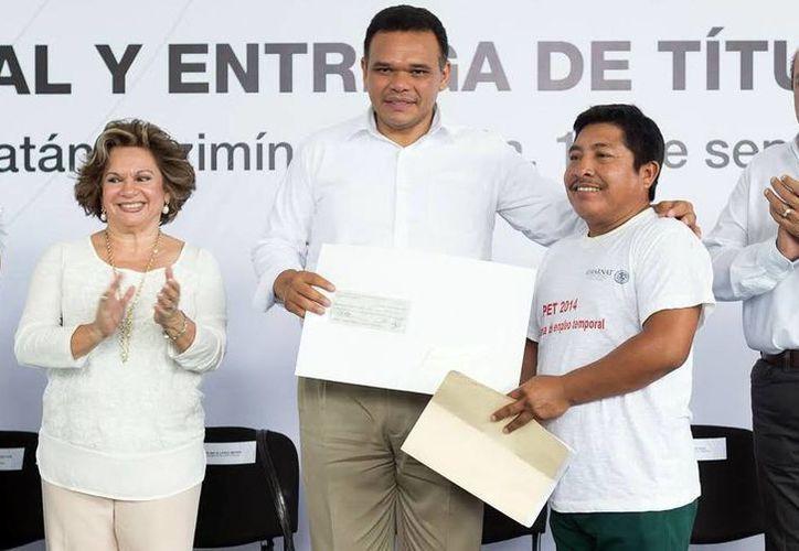 El gobernador Rolando Zapata dio certeza jurídica en vivienda a 30 tizimileños. (SIPSE)