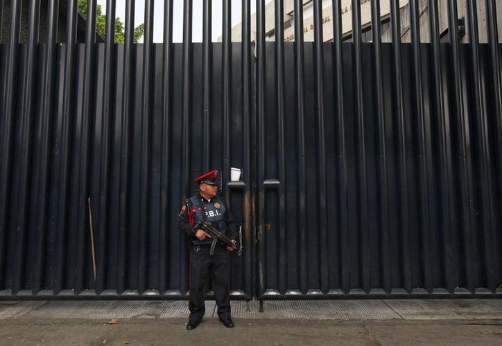 Un agente monta guardia en la sede de la PGR, en la ciudad de México, donde se encuentran el exalcalde de Iguala y su esposa. (Agencias)