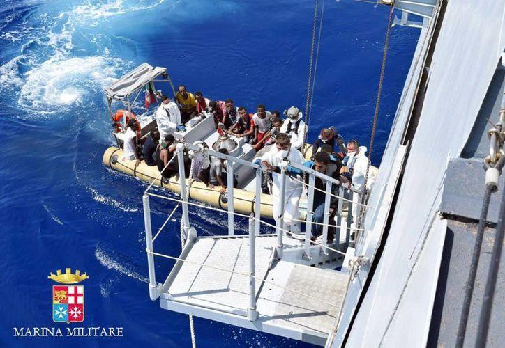 La Guardia Costera italiana informó del rescate de 439 indocumentados de un buque, en el que fallecieron 50 personas. Imagen de archivo del rescate de tres mil inmigrantes frente a las costas italianas en días pasados. (Archivo/EFE)
