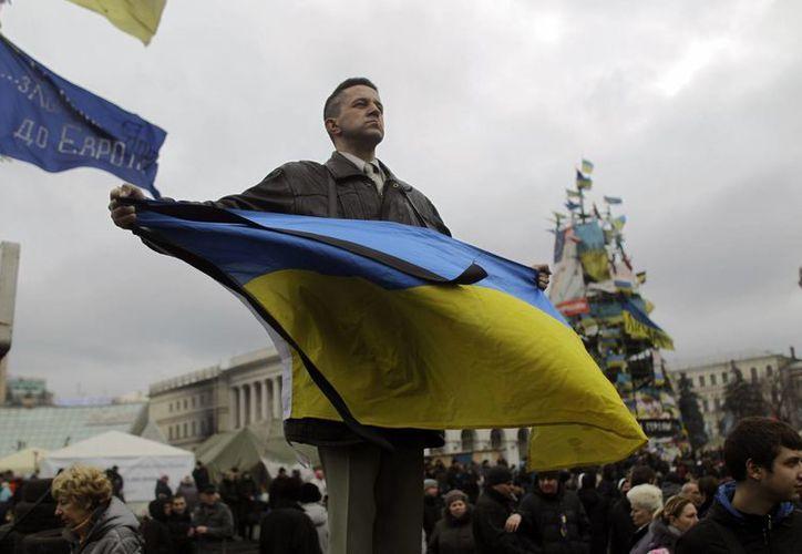 En Kiev, grupos de civiles armados patrullan la ciudad para evitar que surja de nuevo la violencia. (Agencias)