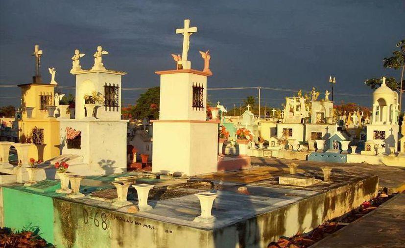 Cerca de este pasillo en el cementerio Xoclán, una pareja vio las velas que se prendían y apagaban solas. (Jorge Moreno/SIPSE)