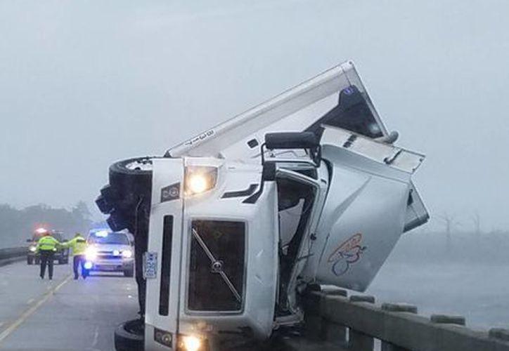 La tormenta tropical Hermine volcó este camión, lo que ocasionó la muerte de su chofer en Columbia, North Carolina. (AP)