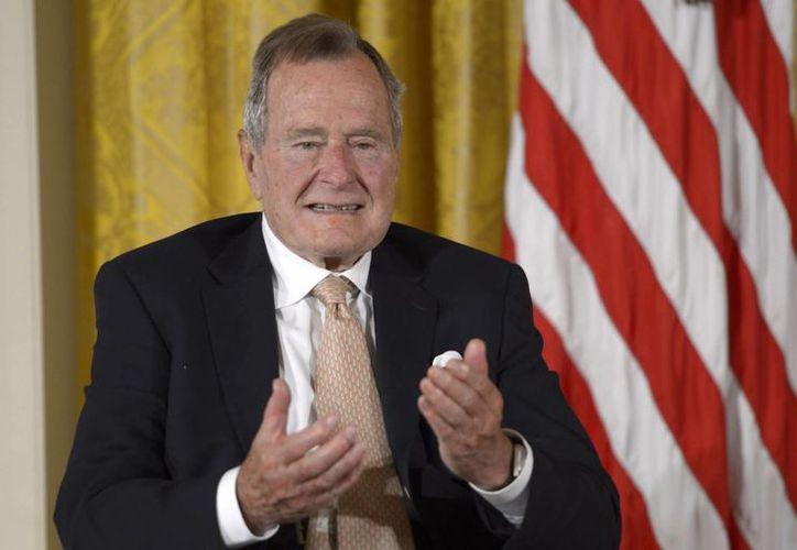 El expresidente de Estados Unidos, George H. W. Bush sufre de la enfermedad de Parkinson, se desplaza en silla de ruedas y ahora tendrá que llevar un collarín hasta su total recuperación. (EFE/Archivo)
