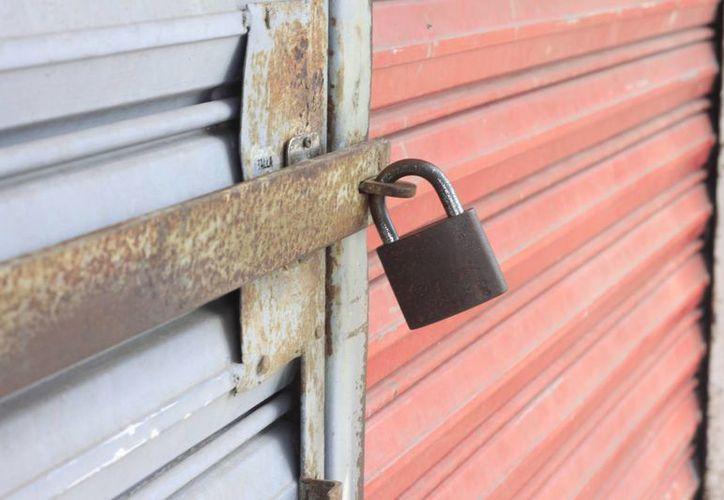 Los cierres de negocios se deben a que no circulante en la ciudad. (Harold Alcocer/SIPSE)