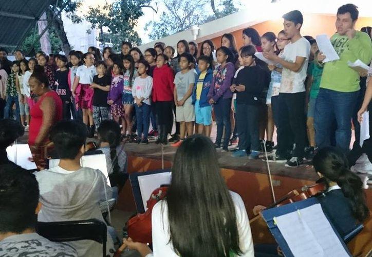 La orquesta está conformada por 100 niños y jóvenes instrumentistas, y otros 101 jovencitos en el coro. (Faride Cetina/SIPSE)