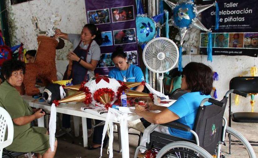 Cada vez más gente con alguna discapacidad se integra al campo laboral. Imagen de un taller de piñatas donde una mujer en silla de ruedas labora en el lugar. (Milenio Novedades)