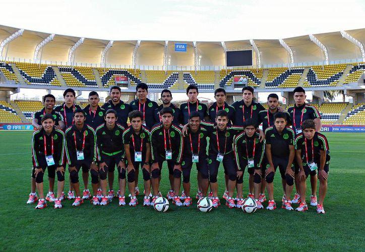La Selección Mexicana sub 17 durante el reconocimiento de cancha en el estadio Francisco Sánchez Rumoroso, realizado este domingo en la ciudad de Coquimbo, sede de los cuartos de final de la Copa del Mundo de la categoría. (miseleccion.mx)