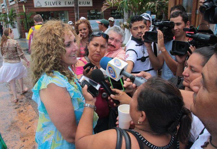 La senadora ante los medios de comunicación. (Julián Miranda/SIPSE)