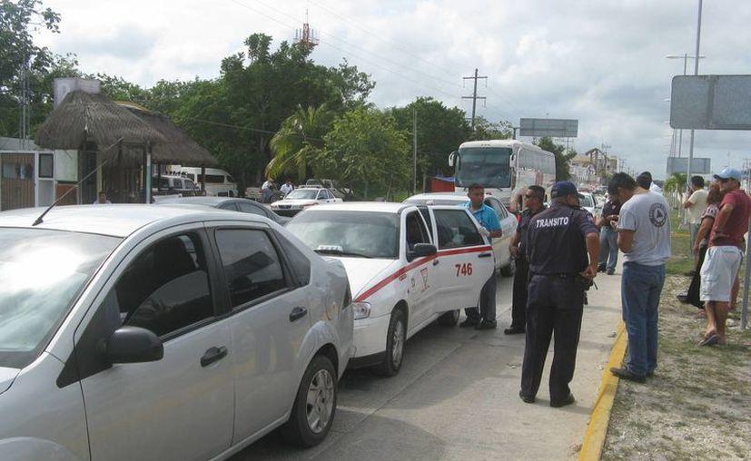 Frenan la constante disputa  de pasajeros entre taxistas. (Rossy López/SIPSE)