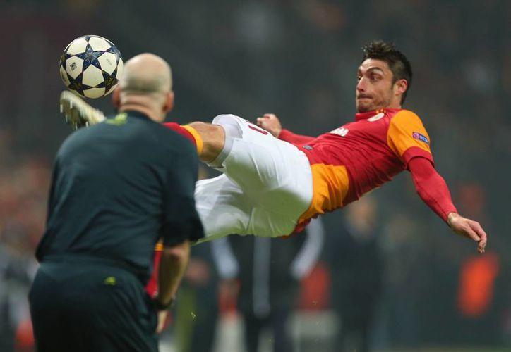 Albert Riera, del Galatasaray, se lanza espectacularmente hacia el balón. (Agencias)