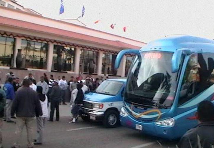 En la imagen se muestra el bloqueo que 200 taxistas realizaron en 2011 a un hotel en Los Cabos, donde impidieron que los turistas abordaran las unidades de transporte que contaban con placas federales. (Foto de Contexto/Internet)