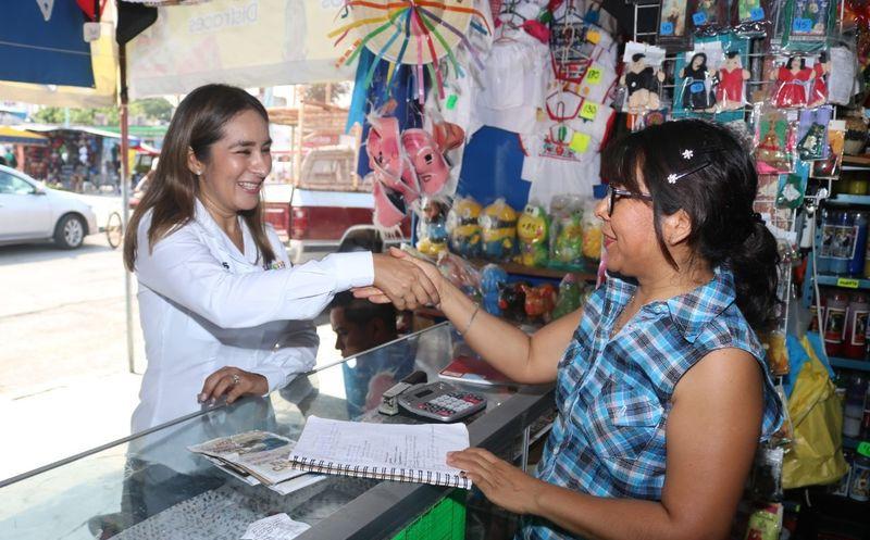 """La candidata a diputada por el Distrito XV por la coalición """"Orden y Desarrollo por Quintana Roo"""", Claudette González Arellano escuchó a los Chetumaleños. (Cortesía)"""