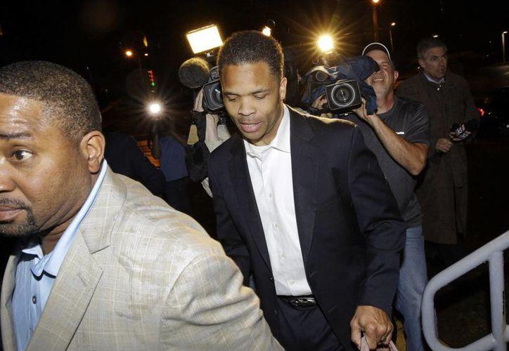 El exlegislador Jesse Jackson Jr. (centro) es captado en Baltimore, Maryland, despues de haber sido liberado este jueves 26 de marzo de 2w015. (Foto: AP)