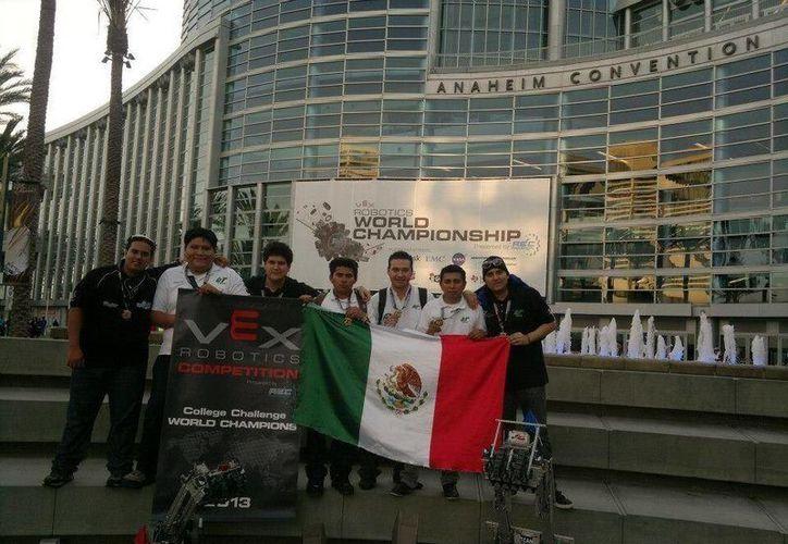 Los alumnos campeones de la UT Cancún, a las afueras del recinto del evento en la ciudad de Anaheim, Califonia, EU. (Twitter/CristianPonMx)