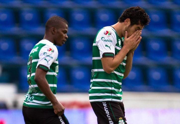 Darwin Quintero (i) hizo uno de los goles con los que Santos ganó en casa ante Xolos. Ambos conjuntos tienen ahora 10 puntos. (Notimex)