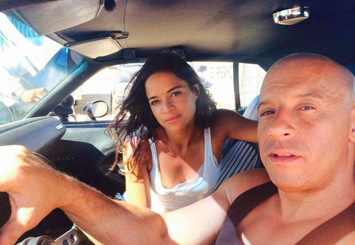 Michelle Rodríguez y Vin Diesel, protagonistas de Rápido y Furioso; la séptima parte de la saga ya terminó de filmarse, por lo que ya sólo queda esperar el estreno que será en 2015. (Twitter: @MRodOfficial)