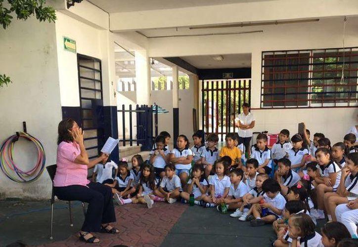 Leticia Flores disfruta leer sus cuentos a los niños de las escuelas. (Foto: Redacción)