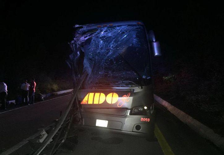 El autobús de ADO GL chocó contra otra unidad de transporte público que se encontraba estacionada en la carretera. (SIPSE)