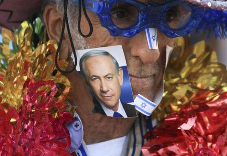 Un partidario del primer ministro Benjamin Netanyahu captado así en un mitin en Tel Aviv, Israel, el 15 de marzo de 2015. (Foto AP/Ariel Schalit)