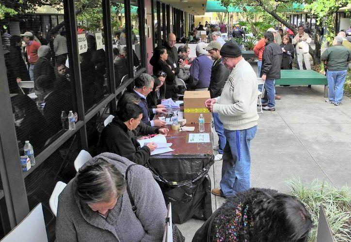 Ciudadanos venezolanos votan en las elecciones primarias de la oposición en EU. (Archivo/EFE)