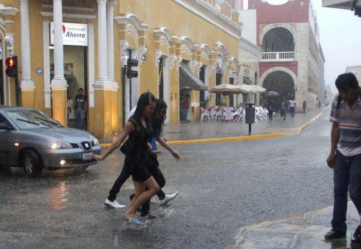 La lluvia fue prolongada y ocasionó contratiempos a la gente en el centro de la ciudad. (Juan Albornoz/SIPSE)