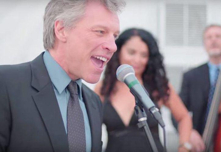 Jon Bon Jovi cantó con la artista Lourdes Valentín y su banda en una boda privada en Miami, Florida, Estados Unidos. (Captura de pantalla)