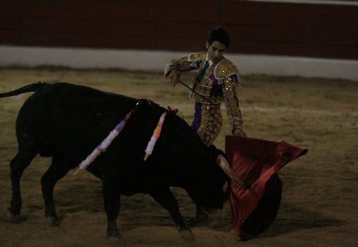 El jalicience Godoy dio dos vueltas al ruedo luego de despachar cada toro de su lote. (Guadalupe Adrián / SIPSE)