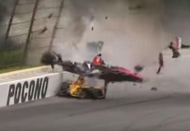 El auto de Wickens se elevó y comenzó a dar vueltas sobre la pista. (Internet)