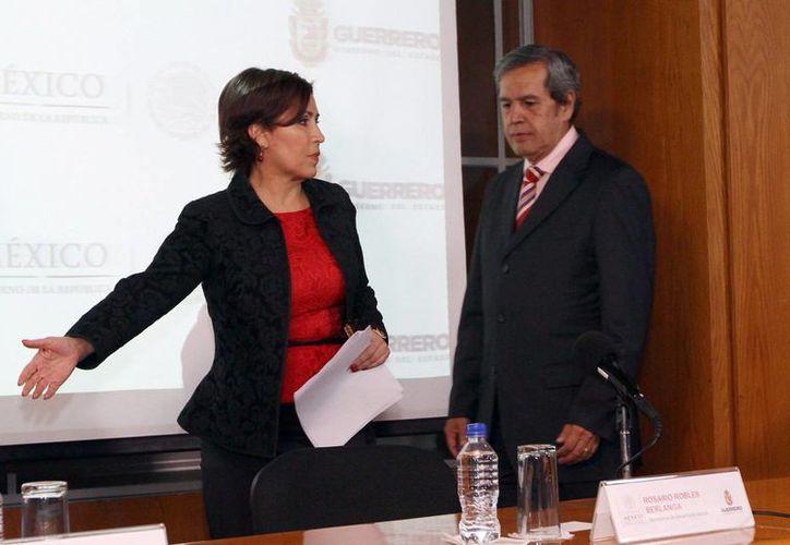 Rosario Robles, titular de Sedesol (i), rendirá un informe semanal al gobernador de Guerrero, Rogelio Ortega (d), de los avances que se tiene del Plan Nuevo Guerrero. (Notimex)