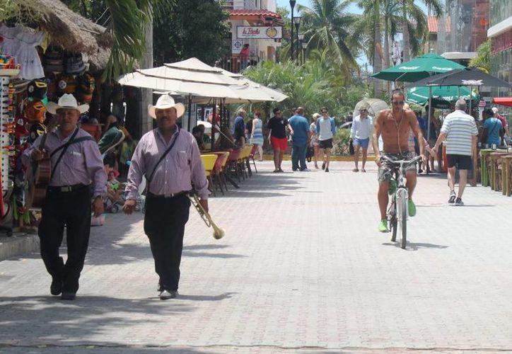 Empresarios piden que se vigile que no transiten bicicletas en la Quinta Avenida. (Daniel Pacheco/SIPSE)
