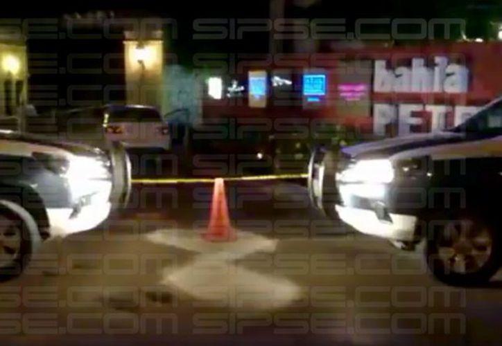 Acribillan a presunto taxista frente a Bahía Petempich. (SIPSE)