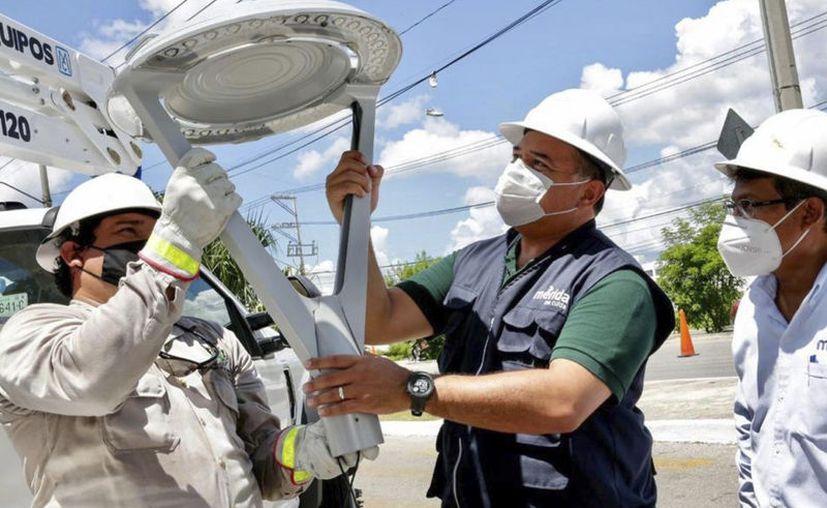 Año con año mejora la calidad de las luminarias que se colocan en las calles de la capital yucateca. (Novedades Yucatán)