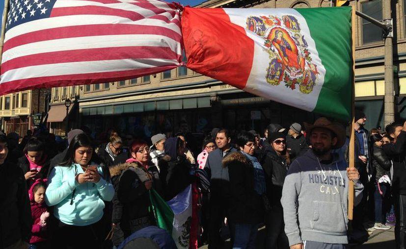 Desde la llegada de Trump al poder, los estadounidenses e incluso los inmigrantes han salido a las calles para protestar por las leyes contra los indocumentados que ha firmado el Mandatario. Imagen de activistas de Wisconsin que se reunieron para protestar por las leyes antiinmigración. (AP/Gretchen Ehlke)