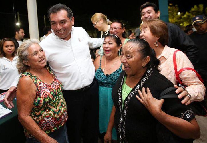 El secretario general de Gobierno, Víctor Caballero Durán, con vecinos que acudieron a la  Feria Bienestar Familiar. (Milenio Novedades)