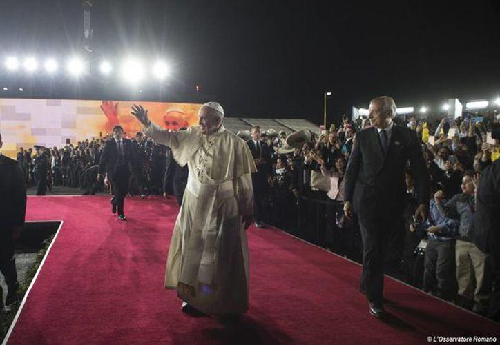El Papa Francisco hizo diversas declaraciones a bordo del avión durante el vuelo de Ciudad Juárez, México a Roma, Italia. Imagen del momento en que el Pontífice se despidió de los mexicanos. (Alessandro Di Meo / piscina Foto vía AP)