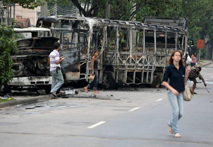 Vista de un coche y un camión quemados en las cercanías de la favela Manguinhos, en Río de Janeiro, en noviembre de 2010. (Archivo/EFE)