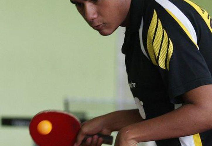 Miguel Ariff Vázquez Can ha dedicado varios años de su vida al tenis de mesa, y ahora es tricampeón de la Paralimpiada Nacional. (SIPSE)