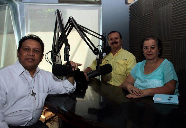 Esperanza Nieto, Jorge Barrera y el presbítero Miguel José Medina Oramas, en la emisión de ayer de 'Salvemos Una Vida'. (Jorge Acosta/SIPSE)