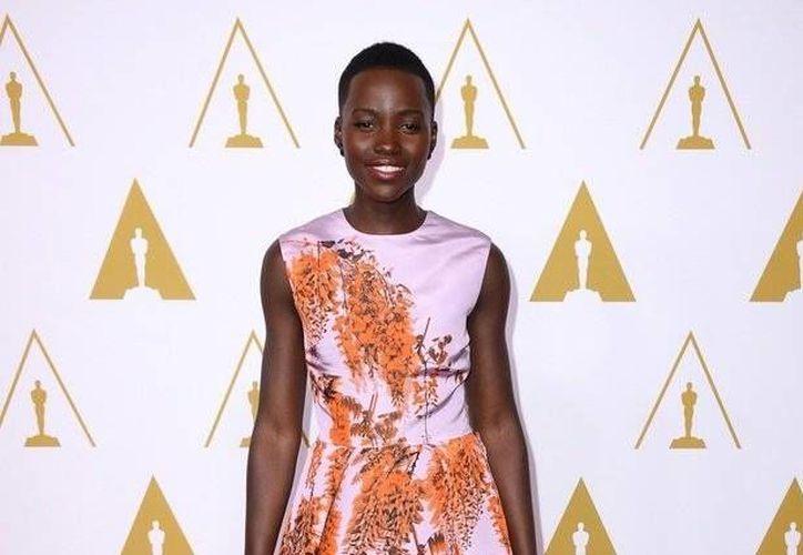 Lupita Nyong'o ha deslumbrado en cada alfombra roja que ha pisado esta temporada de premios y el lunes no fue la excepción. (Agencias)