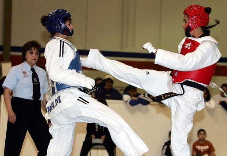 Los Taoínes yucatecos se preparan para ser seleccionados para competir en los Juegos Centroamericanos Escolares. Los selectivos se llevarán a cabo del 28 al 30 de agosto. En la foto, dos practicantes de TKD en pleno combate. (Milenio Novedades)