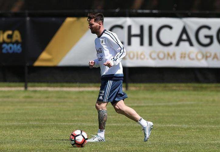 Lionel Messi entrenó al mismo ritmo que sus compañeros este jueves; la Albiceleste busca amarrar su clasificación a la siguiente ronda ante Panamá. (EFE)