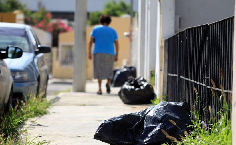 En algunas calles aún se pueden observan bolsas de basura. (Christian Ayaña/SIPSE)