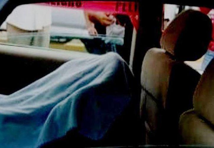 La niña estaba en el interior del vehículo, pero supuestamente la madre nunca se percató de ella. (Archivo/posta.com.mx)