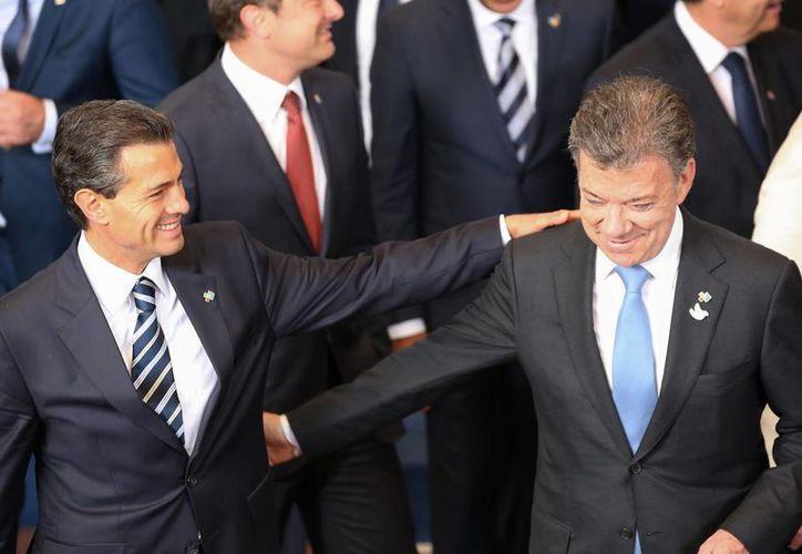El presidente Enrique Peña (i) con el mandatario de Colombia, Juan Manuel Santos, en el marco de la Cumbre Celac-UE. (Notimex)