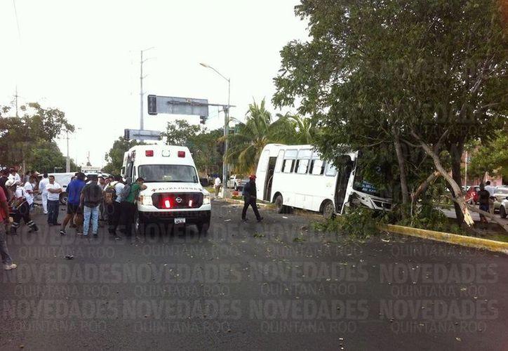Unidad de transporte se impacta contra un árbol en Cancún.  (Redacción/SIPSE).