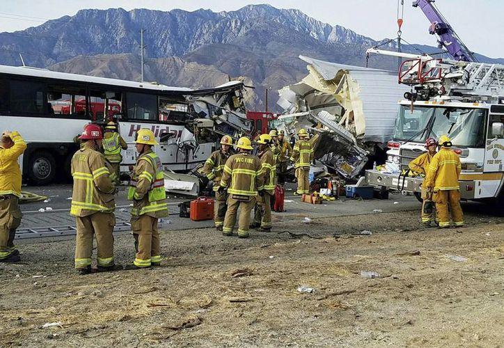 Foto proporcionada por KESQ Noticias Canal 3 / CBS Local 2 en donde muestra la escena del accidente entre un autobús y un camión en la carretera interestatal 10 en Desert Hot Springs, cerca de Palm Springs, en el desierto de Mojave, California, este domingo. Se reportaron varios muertos y heridos. (KESQ NewsChannel 3 / CBS local 2 a través de AP)