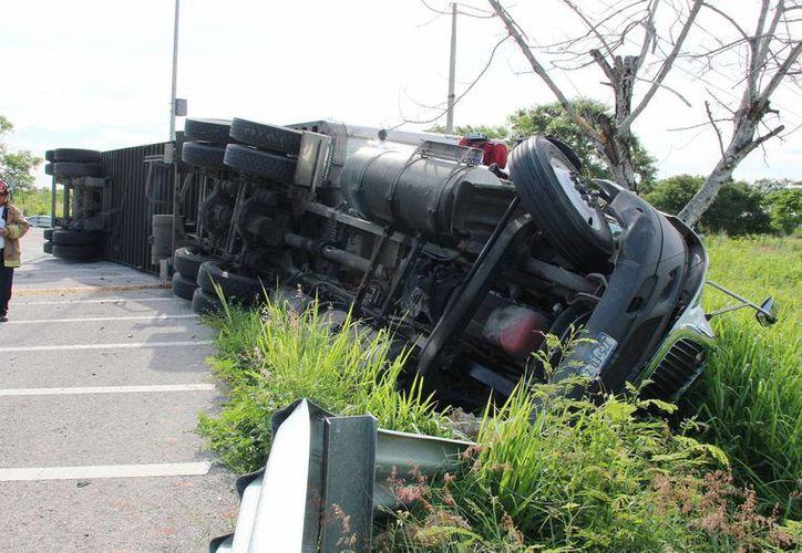Un trailer cargado con abarrotes se volcó en el Anillo Periférico de Mérida. Por suerte no hubo lesionados. (Fotos: Aldo Pallota/SIPSE)